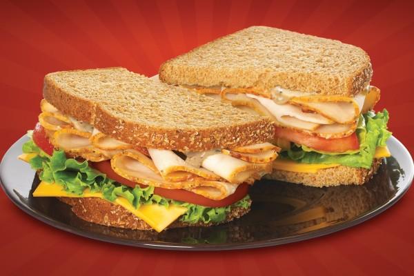 Un delicioso sándwich con pechuga de pavo