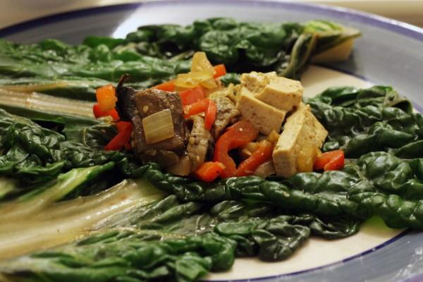 Plato vegano de acelgas con tofu