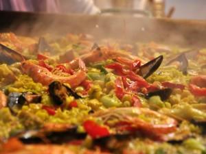 Humeante paella valenciana