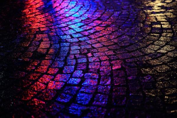 Luz reflejada en un suelo húmedo