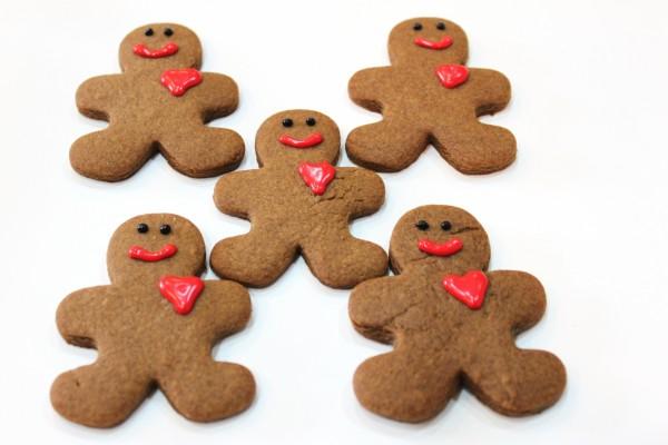 Galletas gingerbread men con corazón