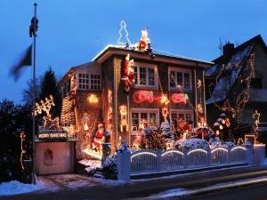Casa iluminada en Navidad vista al amanecer