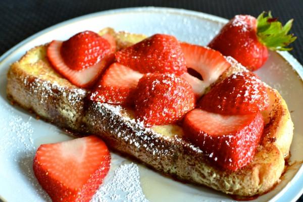 Tostada francesa cubierta de fresas