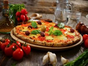 Pizza de verduras con aceitunas