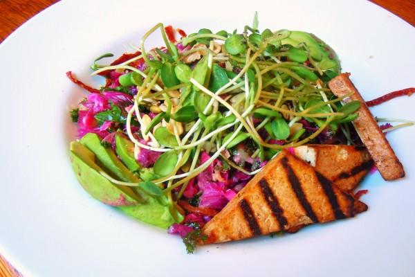 Ensalada vegetariana con germinados y tofu
