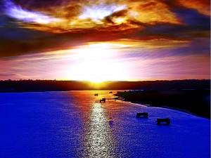 Reflejo del sol al amanecer en el agua