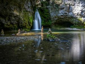 Postal: Hitos de piedra junto a una cascada