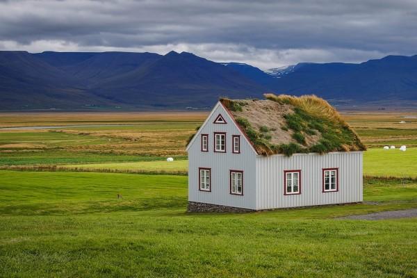 Solitaria casa con tejado de hierba en Islandia