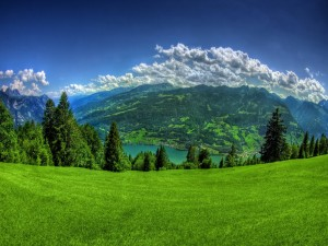 Postal: Un lago visto desde el verde valle
