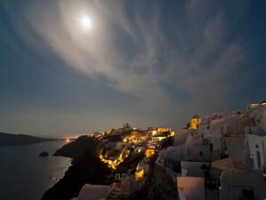 La Luna llena ilumina la costa y el mar
