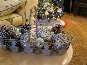 Cesta plateada con decoración navideña