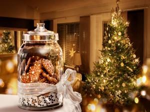 Un bote con galletas junto al Árbol de Navidad
