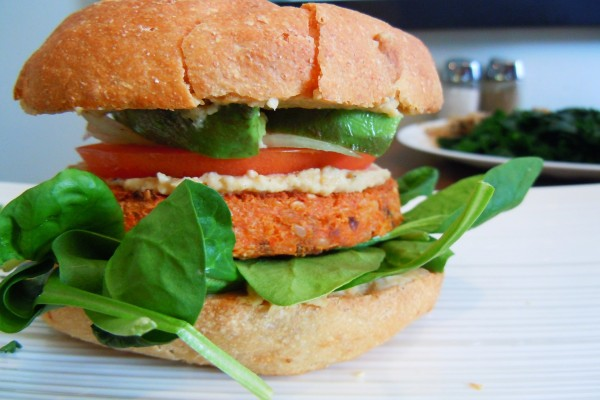 Hojas de espinaca en una hamburguesa vegetariana