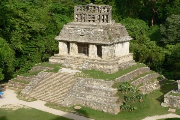 El Templo del Sol en el yacimiento de Palenque (México)