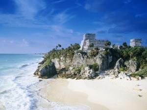 Ruinas mayas de Tulum vistas desde la playa (México)