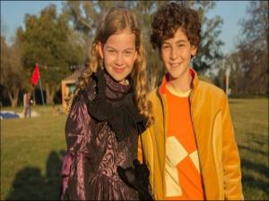 """Postal: Imagen de los dos niños protagonistas de """"El Inventor de Juegos"""""""