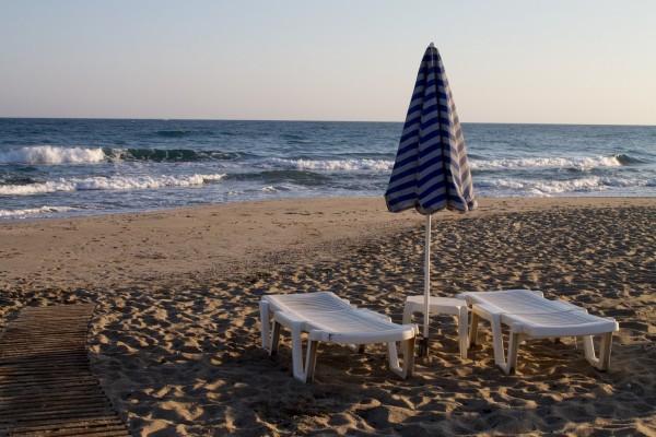 Sombrilla y tumbonas en la playa