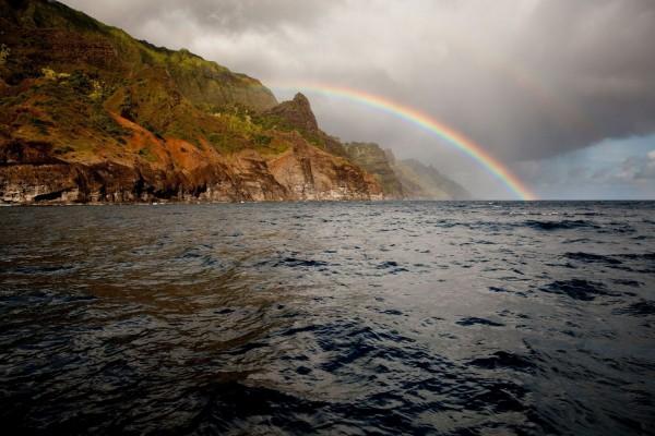 Arco iris en el mar y la costa