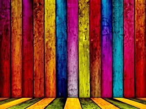 Tablas de madera pintadas de varios colores