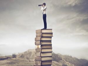 Postal: Observando desde una torre de libros