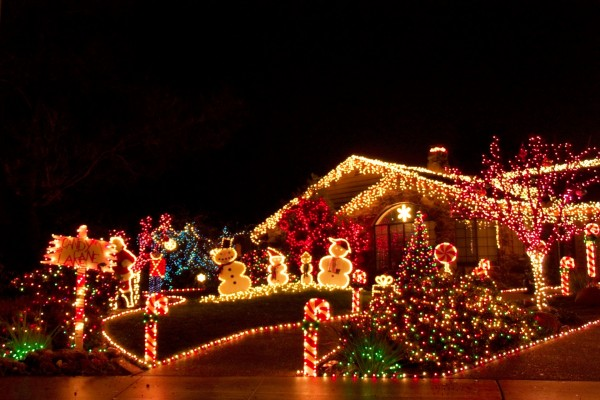 Casa con bonitas luces navideñas