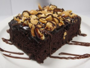 Brownie cubierto de frutos secos y chocolate
