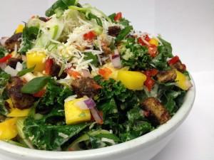 Una gran ensalada con variados ingredientes
