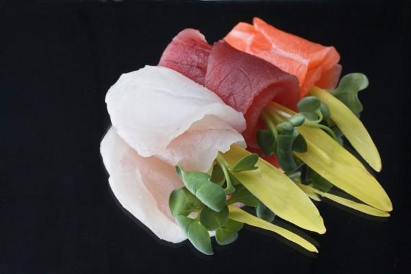 Rollitos de pescado fresco con brotes verdes