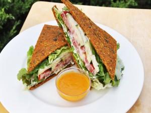 Un sándwich vegetariano en un fino pan
