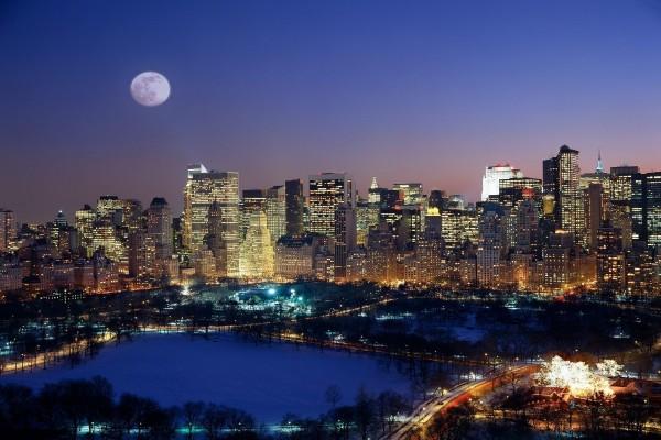 Luna llena en una fria noche sobre Manhattan