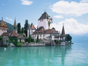 Castillo Oberhofen junto al lago de Thun (Suiza)