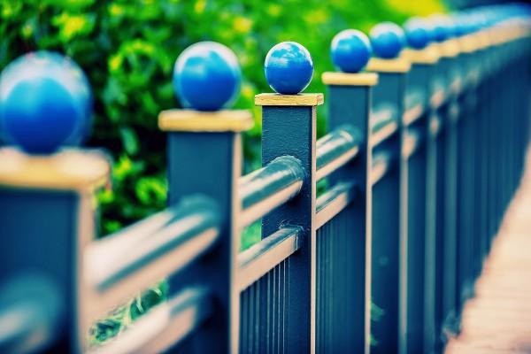 Una valla de color azul