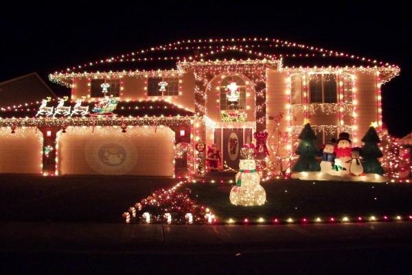 Casa con una gran decoración navideña
