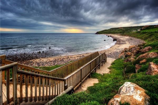 Pasarela de madera en la playa