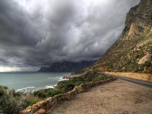 Nubes oscuras sobre el mar y la carretera