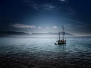 Velero quieto en el mar