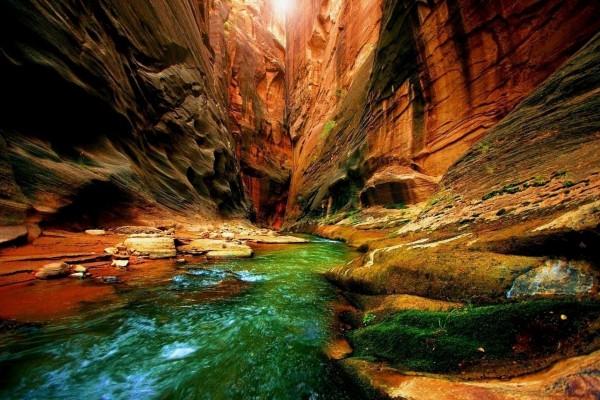 En el interior de un cañón junto al río