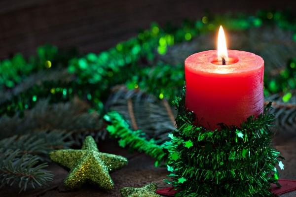 Vela roja con adornos verdes para Navidad