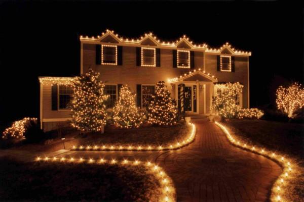 Casa y camino con luces de Navidad