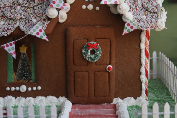Bonita casa de jengibre decorada para Navidad