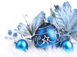 Postal: Bolas azules y flores brillantes para decorar en Navidad