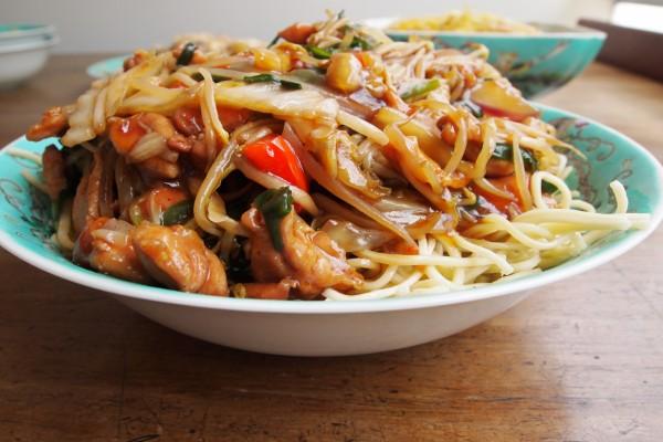Pasta con pollo y verduras con salsa agridulce