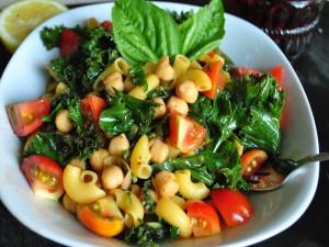 Ensalada vegana de pasta y legumbre