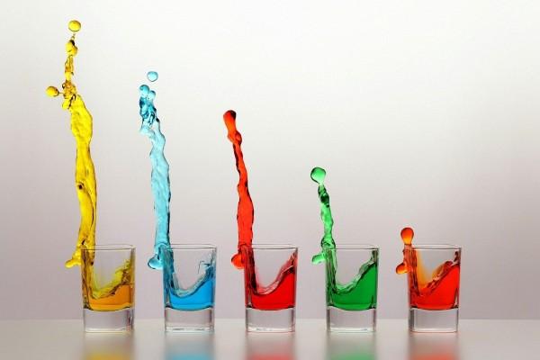 Bebida de colores en vasos de vidrio