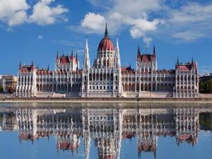 Postal: Parlamento de Budapest reflejado en el Danubio
