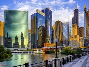 Postal: Grandes edificios frente al río en Chicago