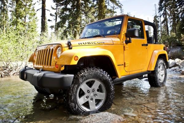 Jeep Wrangler amarillo en el río