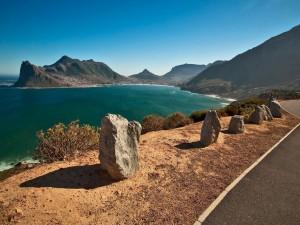 Postal: Piedras entre el mar y la carretera