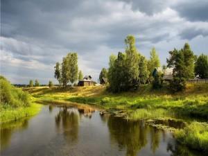 Granjas junto a un río