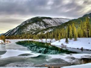 Montañas y río congelado